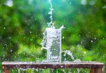 acqua minerale bicchiere vetro