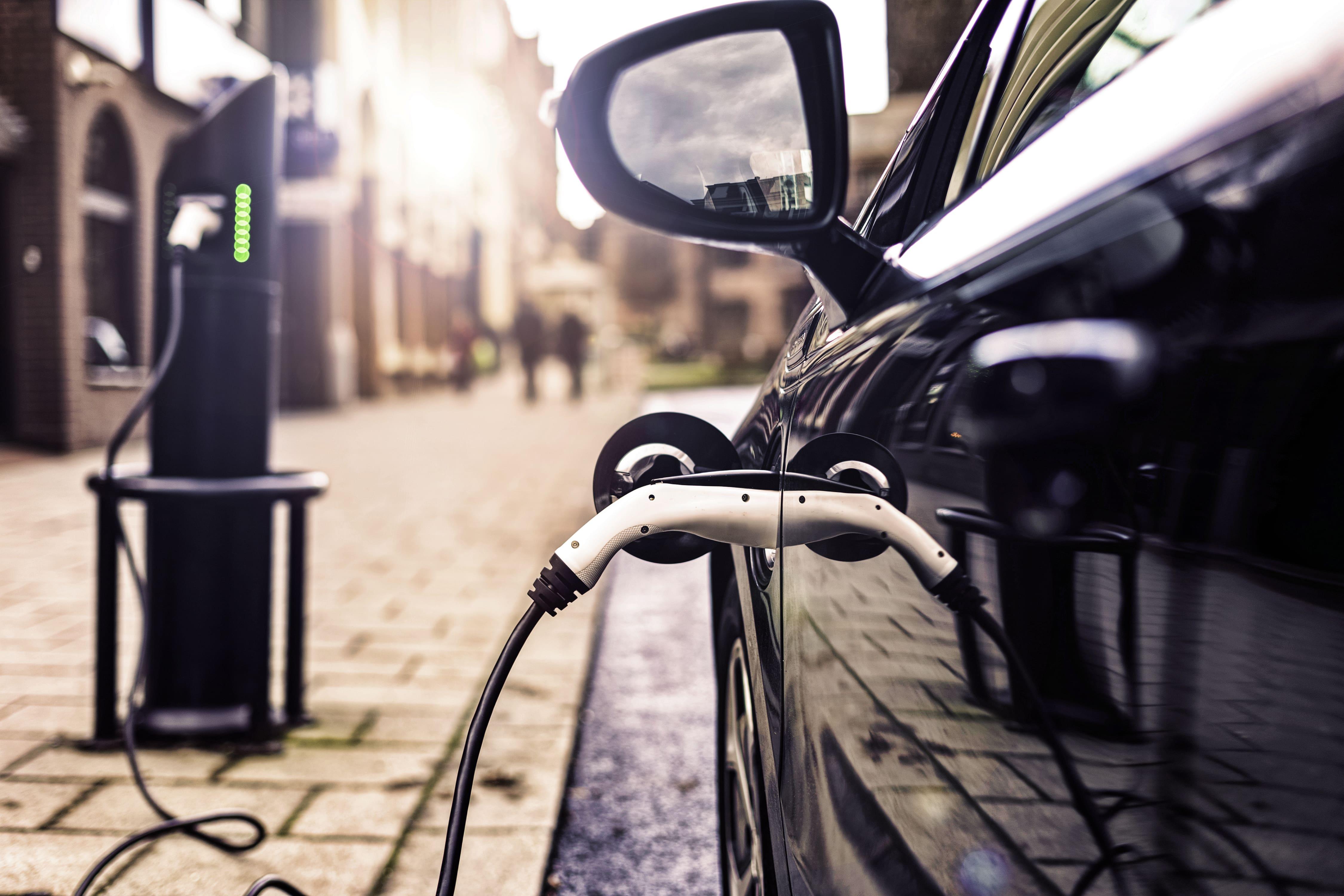 auto elettrica collegata a colonnina di ricarica